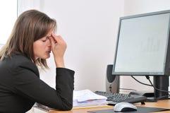 Persona cansada del asunto con dolor de cabeza Imagen de archivo libre de regalías