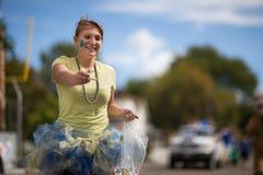 Persona casera del desfile que viene que distribuye el caramelo Foto de archivo