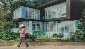 Persona che cammina davanti al advertisi di lusso della proprietà del bene immobile Fotografia Stock Libera da Diritti