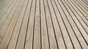 Persona che cammina lungo il pilastro di legno e che guarda giù, attracco della spiaggia per le navi video d archivio