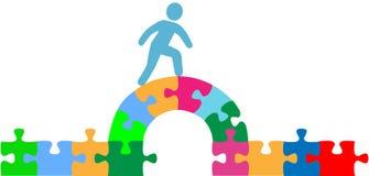 Persona che cammina sopra la soluzione del ponticello di puzzle Immagine Stock Libera da Diritti