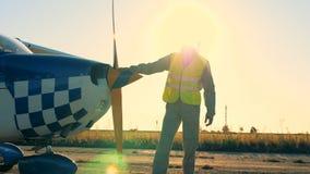 Persona che controlla l'elica di un aereo, vista laterale stock footage
