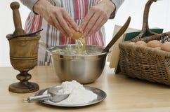 Persona che cuoce un dolce Immagini Stock Libere da Diritti