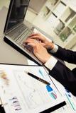 Persona che digita su un computer portatile moderno Fotografie Stock Libere da Diritti