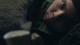 Persona che dona al ragazzo senza tetto, al freddo del bambino di strada ed alle malattie di sofferenza stock footage