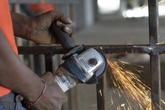 Persona che fa lavoro di saldatura, India fotografie stock libere da diritti