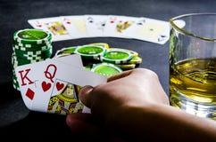 Persona che gioca poker e che esamina le carte fotografia stock libera da diritti