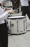 Persona che gioca tamburo Immagini Stock