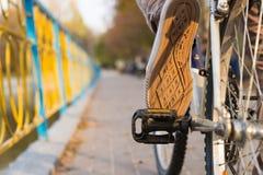 Persona che guida una bici all'aperto Immagini Stock