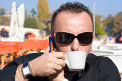Persona che ha una tazza di caffè immagini stock libere da diritti