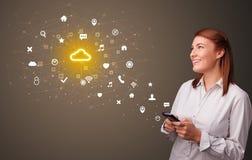 Persona che per mezzo del telefono con il concetto di tecnologia della nuvola fotografia stock