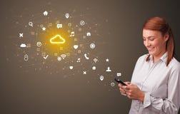 Persona che per mezzo del telefono con il concetto di tecnologia della nuvola illustrazione di stock