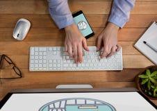Persona che per mezzo di un computer e di un telefono cellulare con le icone di viaggio sullo schermo Fotografie Stock Libere da Diritti