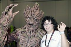 Persona che porta il costume di Groot con il ragazzo al raggiro comico di NY Fotografie Stock