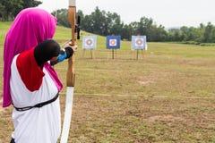 Persona che pratica al target di riferimento all'aperto di tiro con l'arco fotografia stock