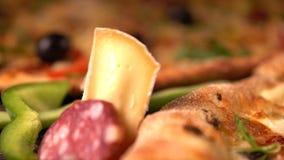 Persona che prepara una pizza italiana casalinga saporita stock footage