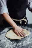 Persona che rotola la pasta casalinga del biscotto Fotografia Stock