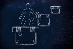 Persona che salta con successo sopra gli ostacoli Immagini Stock