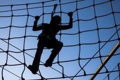 Persona che scala sulle alte corde Fotografie Stock