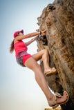 Persona che scala una roccia Immagini Stock Libere da Diritti