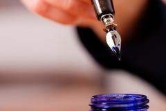 Persona che scrive una lettera con a penna ed inchiostro Immagine Stock Libera da Diritti