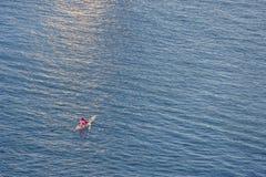 Persona che si esercita in canoa/kajak, in un mare meraviglioso Fotografie Stock