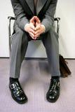 Persona che si siede impaziente Immagini Stock