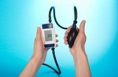 Persona che sorveglia una pressione sanguigna Fotografia Stock Libera da Diritti