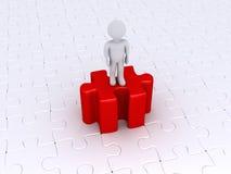 Persona che sta sull'alto pezzo di puzzle Immagine Stock