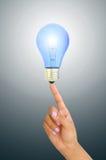 Persona che tiene una lampadina blu Fotografia Stock Libera da Diritti