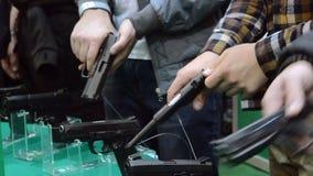 Persona che tiene una pistola a disposizione video d archivio