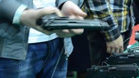 Persona che tiene una pistola a disposizione archivi video