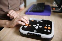 Persona ciega que usa al jugador audio del libro para la persona con deficiencias visuales Fotos de archivo libres de regalías