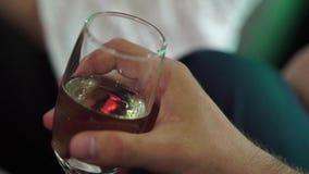 Persona con bicchiere di vino video d archivio
