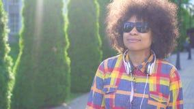 Persona con deficiencias visuales afroamericana de la mujer del retrato con un peinado afro almacen de video