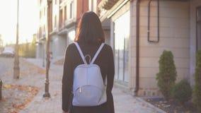 Persona con deficiencias visuales de la mujer joven con un bastón que camina alrededor de la ciudad, vista posterior metrajes