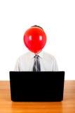 Persona con el globo detrás del ordenador portátil Imágenes de archivo libres de regalías