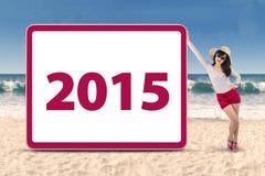 Persona con el número 2015 en la playa Imágenes de archivo libres de regalías