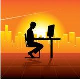 Persona con el ordenador en ciudad Foto de archivo