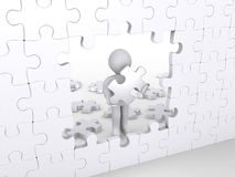 Persona con el pedazo del rompecabezas alrededor para terminar rompecabezas Foto de archivo libre de regalías
