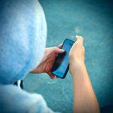 Persona con el teléfono móvil Imagen de archivo libre de regalías
