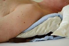 Persona con i cuscini del fieno Fotografia Stock