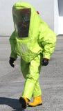 Persona con il vestito protettivo giallo per dirigere i materiali pericolosi immagine stock libera da diritti