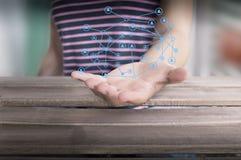 Persona con la mano aperta ed i dati collegati fotografia stock libera da diritti