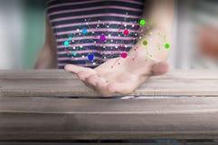 Persona con la mano aperta ed i dati collegati fotografie stock libere da diritti