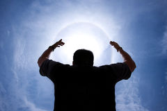 Persona con le mani in su intorno al guidacarta immagine stock libera da diritti
