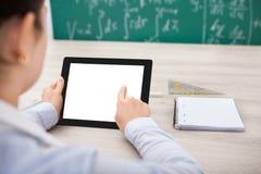 Persona con los accesorios digitales de la tableta y del estudiante Fotografía de archivo libre de regalías