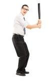 Persona con un bate de béisbol preparado para pegar Fotos de archivo