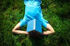 Persona con un libro Foto de archivo
