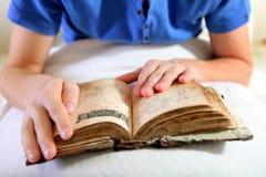 Persona con una biblia Imágenes de archivo libres de regalías